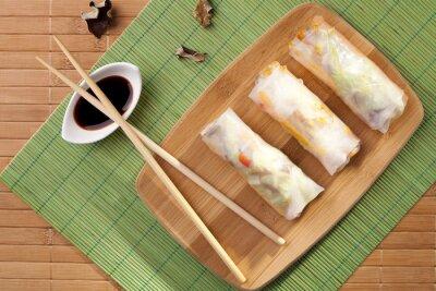 Adesivo Porção de rolinhos primavera em uma placa de bambu