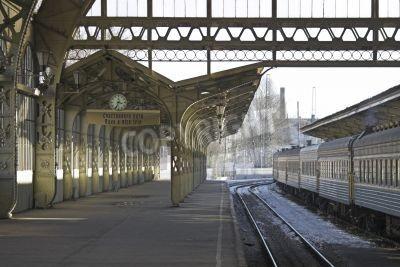 Adesivo Railroad plataforma da estação com um relógio pendurado e