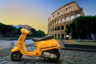 Adesivo Scooters amarelo do vintage no fundo do Coliseu