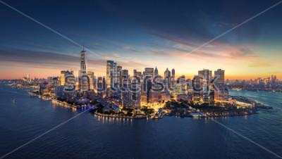 Adesivo Skyline do panorama de New York City no nascer do sol. Edifícios de escritórios de Manhattan / skysrcapers na manhã. Tiro panoramatic de New York City.