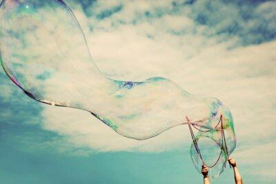 Adesivo Soprando grandes bolhas de sabão no ar. Liberdade do vintage, conceitos de verão.