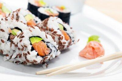 Adesivo Sushi com salmão, abacate, arroz em algas servido com wasabi e gengibre.