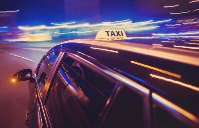 Adesivo Taxi tomar uma curva à esquerda na noite