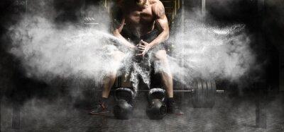 Adesivo Treino de homem musculoso com kettlebell no ginásio