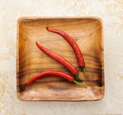 Adesivo Três cute red hot chili pepper sobre fundo de madeira