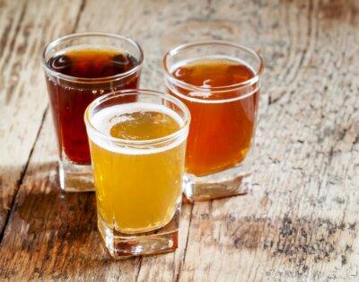 Adesivo Três tipos de cerveja no fundo de madeira velho, foco seletivo