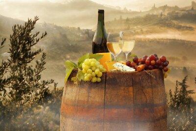 Adesivo Vinho branco com barril no vinhedo em Chianti, Toscana, Itália