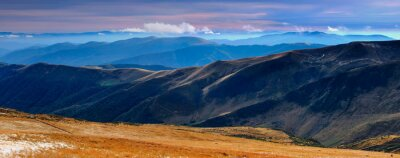 Adesivo Vistas panorâmicas das montanhas e dos picos do outono cobertos com a primeira neve no por do sol.