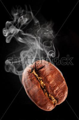 Adesivo Voando feijão de café em fumo, exemplo no fundo preto