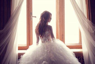Fotomural A bela noiva contra uma janela dentro de casa