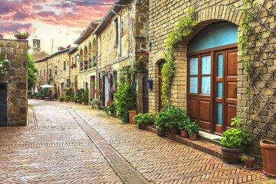 Fotomural A flor encheu ruas da cidade italiana velha em Toscânia.