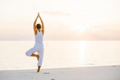 Fotomural A mulher caucasiano praticar yoga no litoral