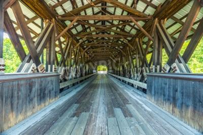 Fotomural A ponte coberta de Rowell é uma ponte coberta em Hopkinton, New Hampshire que leva a estrada da ponte de Rowell sobre o rio de Contoocook. É uma longa ponte de estilo treliça.
