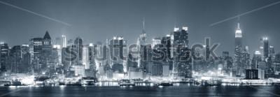 Fotomural A skyline do Midtown de Nova York Manhattan preto e branco na noite com luzes-iluminadas sobre o Rio Hudson com reflexões.
