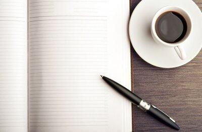 Fotomural Abra um caderno em branco branco, caneta e café em cima da mesa