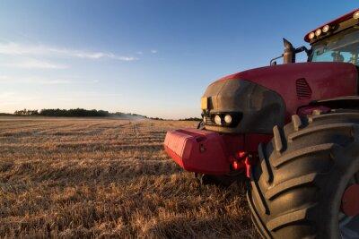 Fotomural Agricultura trator em um campo de restolho