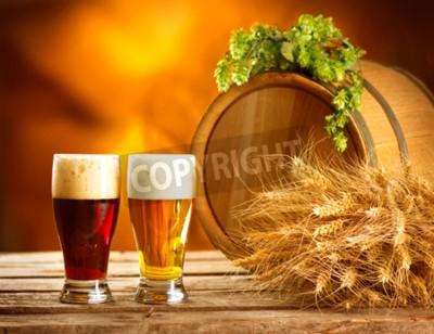 Fotomural Ainda composição da vida com o tambor de cerveja do vintage e dois vidros da cerveja escura e clara. Conceito fresco da cerveja ambarina. Verde calos de lúpulo e trigo na mesa de madeira. Ingredientes