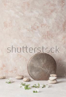 Fotomural Ainda vida com flores, pedras e vaso cerâmico gravado no fundo textured da parede no estilo de wabi-Sabi. Foco seletivo.