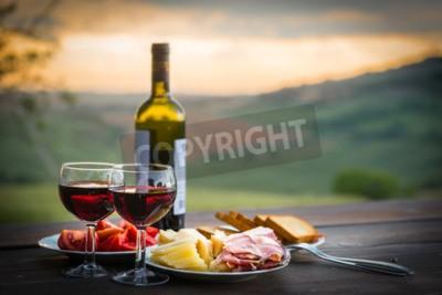 Fotomural Ainda vida Vinho tinto, queijo e prosciutto. Jantar romântico ao ar livre