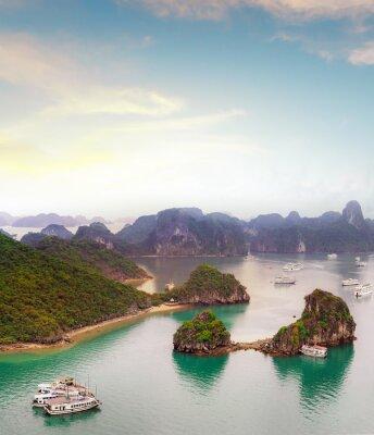 Fotomural Amazing destino de viagem na Ásia - Baía de Halong mar exótico e ilhas no norte do Vietnã