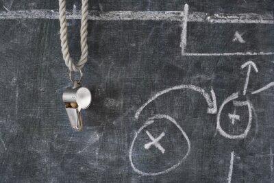 Fotomural apito de futebol ou árbitro de futebol em um quadro-negro com diagrama tático