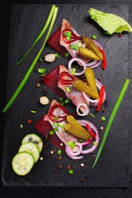 Fotomural Arenque, aperitivo, beterrabas, pepino, pretas, ardósia, tábua