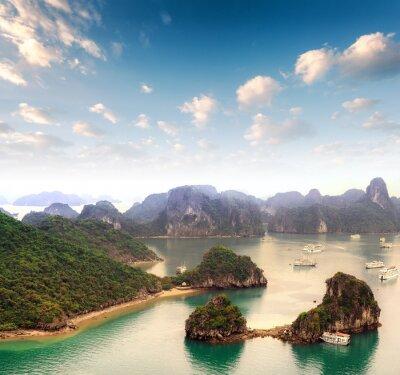 Fotomural Arquipélago de muitas ilhas na Baía de Halong, no Vietname