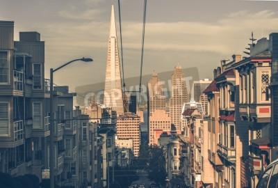 Fotomural Arquitectura da cidade de São Francisco ao pôr-do-sol com arranha-céus da baixa em uma distância. São Francisco, Califórnia, EUA. Arquitetura de São Francisco em classificação de cor vintage.
