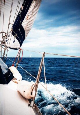 Fotomural As velas brancas de iates no fundo do mar e do céu, nas nuvens