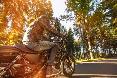 Fotomural Assento Homem na motocicleta na estrada na floresta.