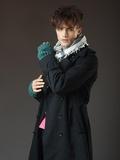 Atraente modelo masculino jovem posando no estúdio · Homem muito atraente  top nua ... 64df182f1a8
