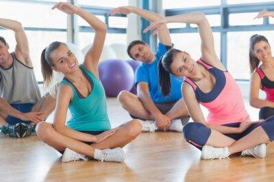 Fotomural Aula de ginástica e instrutor sentados e que estica as mãos