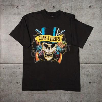 Fotomural AVEIRO, PORTUGAL - 20 DE JULHO DE 2016: Guns n 'Roses vende uma camiseta. Guns N 'Roses é das bandas mais vendidas do mundo de todos os tempos.