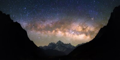 Fotomural Bacia dos Céus. Galáxia Via Láctea brilhantes e vivas sobre as montanhas nevadas. Belo céu estrelado noite parece estar em um
