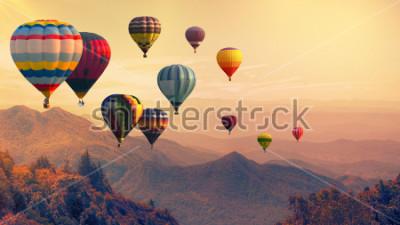 Fotomural Balão de ar quente acima de alta montanha ao pôr do sol