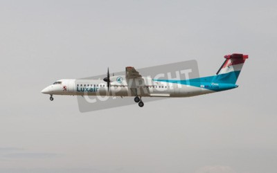 Fotomural Barcelona, Spain - April 18, 2015: A Luxair Bombardier Dash 8 approaching to the El Prat Airport in Barcelona, Spain.
