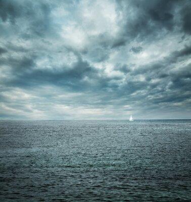 Fotomural Barco de navigação no mar tormentoso. Fundo Escuro.