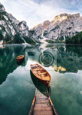 Fotomural Barcos e construção de deslizamento no lago Braies com água de cristal no fundo da montanha de Seekofel em Dolomitas na manhã, Itália Pragser Wildsee