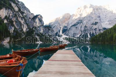 Fotomural Bela paisagem do Lago Braies (Lago di Braies), lugar romântico com ponte de madeira e barcos no lago alpino, montanhas Alpes, Dolomitas, Itália, Europa