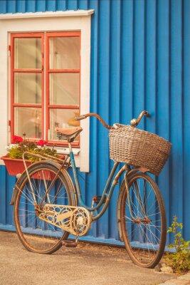 Fotomural Bicicleta velha da senhora oxidada na frente de uma casa sueco