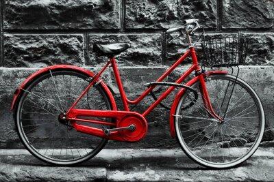 Fotomural Bicicleta vermelha do vintage retro na parede preto e branco.