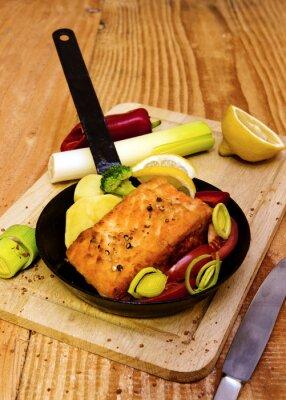 Fotomural Bife de salmão fritado na frigideira.