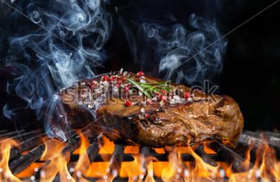 Fotomural Bife grelhado em fogo com fundo preto
