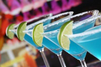 Fotomural Blue Curacao Cocktails em Martini Gläsern in einer Bar