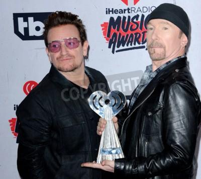 Fotomural Bono e The Edge of U2 no 2016 iHeartRadio Music Awards realizada no Fórum em Inglewood, EUA em 3 de abril de 2016.