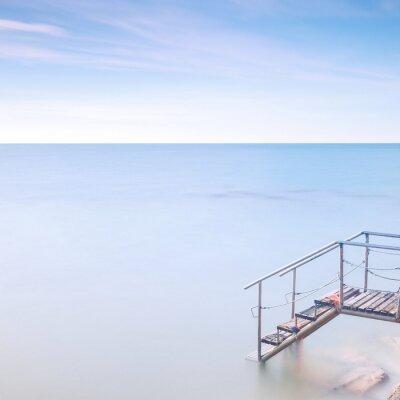 Fotomural Cais escada de madeira à água do mar. Longa exposição.