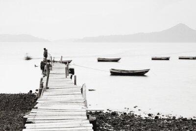 Fotomural Cais só ao longo da costa, imagem saturação baixa.