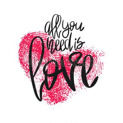 Fotomural Cartaz romântico com letras e coração de impressão digital. Frase manuscrita preta tudo que você precisa é amor e impressão digital rosa isolado no branco. Caligrafia moderna de vetor para dia dos nam