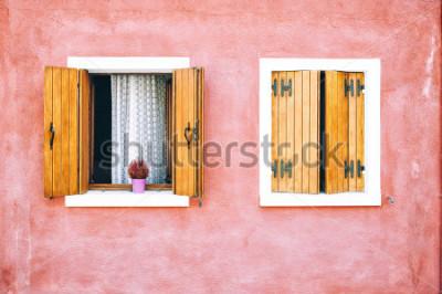 Fotomural Casa bonita na ilha de Burano, Itália norte. Vermelho duas janelas com persianas de madeira