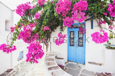 Fotomural Casa grega tradicional com flores na ilha de Paros, Grécia